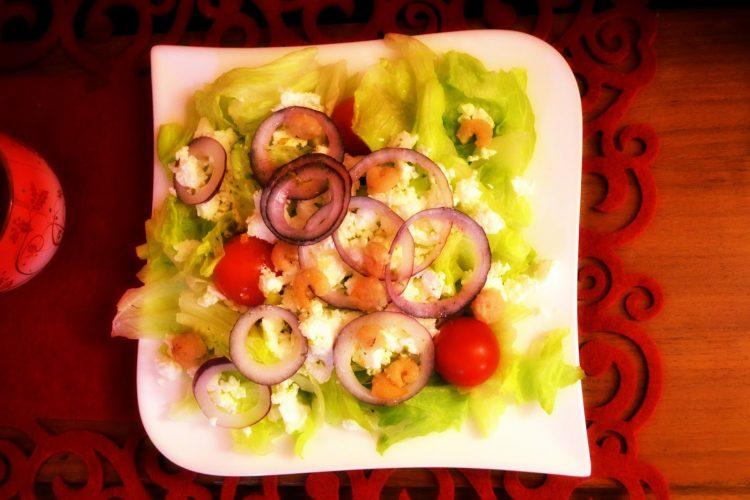Kulinarna globalizacja – sałatka grecka z krewetkami koktajlowymi w sosie limonkowo – imbirowym