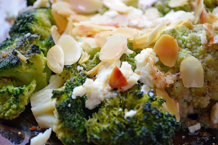 Brokuły z fetą i chrupiącymi migdałami w musztardowo-czosnkowym dressingu