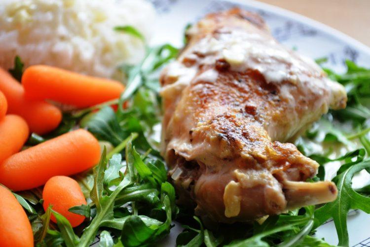 Pieczony królik w sosie z białego wina