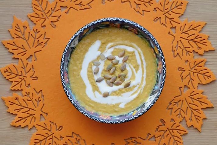 Orientalny krem z dyni z dodatkiem mleka kokosowego, aromatyzowany świeżym imbirem i przyprawami curry