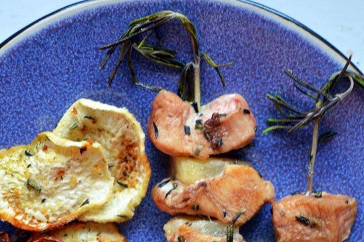 Szaszłyki z piersi kurczaka na gałązkach rozmarynu