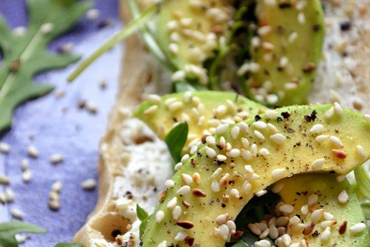 Szybkie i zdrowe śniadanie, czyli bagietka z awokado, rukolą, sezamem na puszystym, cytrynowym serku