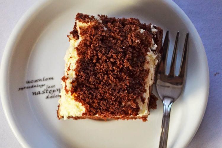 Kopiec kreta, czyli nieprzyzwoicie czekoladowe ciasto z bananami i śmietanowym kremem