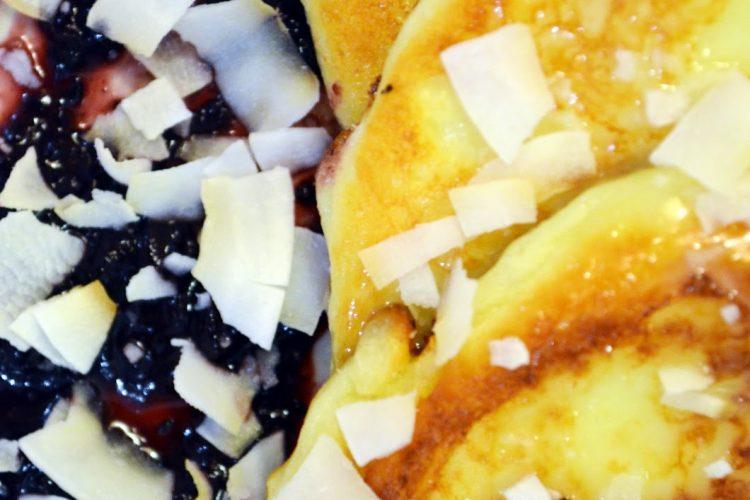 Serniczki z musem z czarnej porzeczki, sosem z białej czekolady ipłatkami kokosa