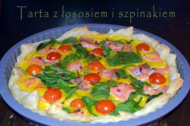 Ekspresowa tarta z łososiem, szpinakiem, fetą i pomidorkami koktajlowymi