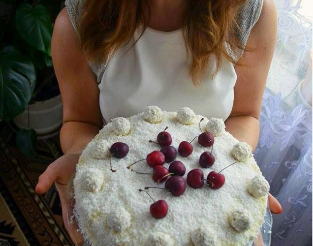 Tort z kremem o smaku Rafaello z dodatkiem truskawek