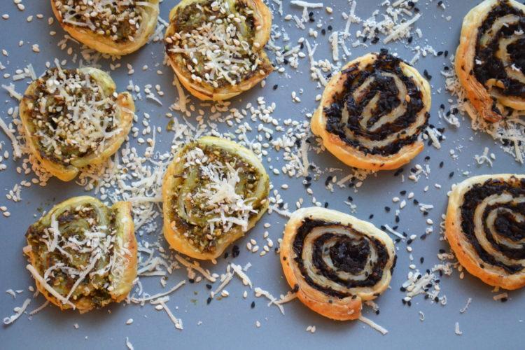 Ślimaczki z ciasta francuskiego z bazylią i parmezanem lub z pieczarkami i czarnuszką