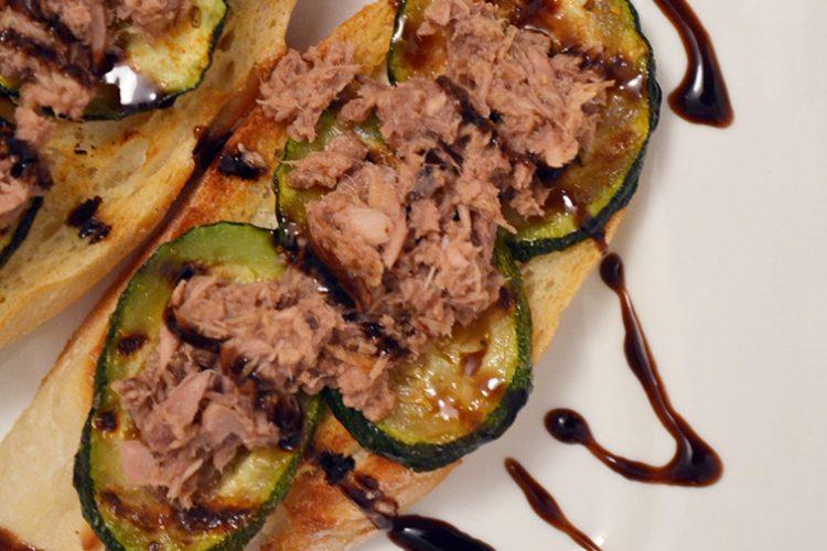 Pomysł na szybkie i proste śniadanie – grzanki z tuńczykiem i grillowaną cukinią