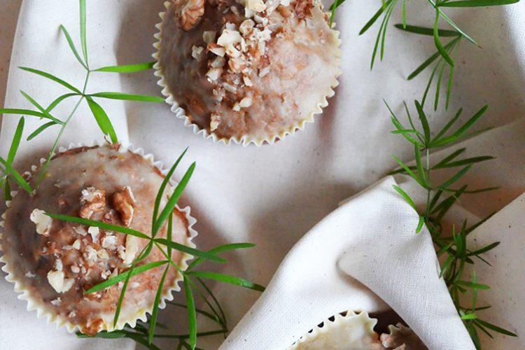 Muffiny marchewkowe z orzechami włoskimi i polewą jogurtowo-czekoladową