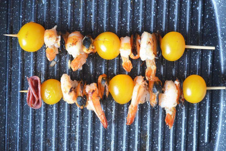 Makaron z owocami morza i chorizo podany z grillowanymi krewetkami
