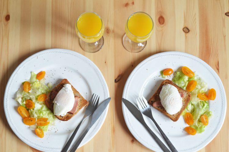 Jajka w koszulkach na śniadanie w chrupiącej oprawie