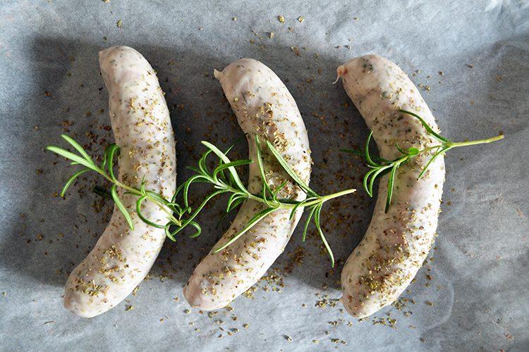 Pieczona biała kiełbasa z rozmarynem i majerankiem