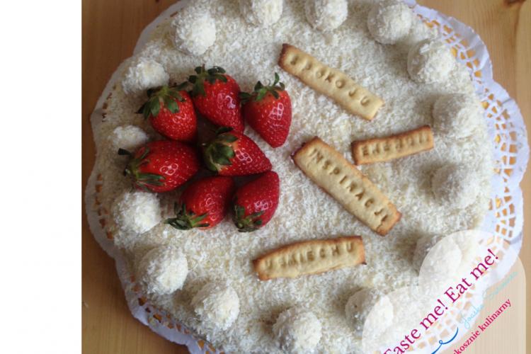 Tort obłędnie kokosowy z truskawkami i ciasteczkowymi życzeniami