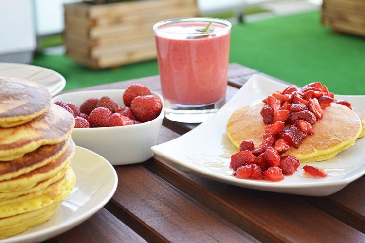 Sprawdzony przepis na pancakes z truskawkami i miodem