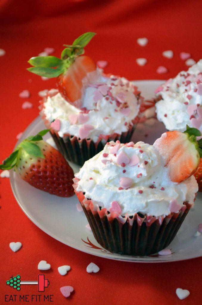 przepis-walentynki-muffinki-czekoladowe-bita-smietana-truskawki-2