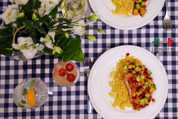 Pieczony łosoś z kolorową salsą z mango, awokado i ziaren granatu na ryżu jaśminowym z kurkumą