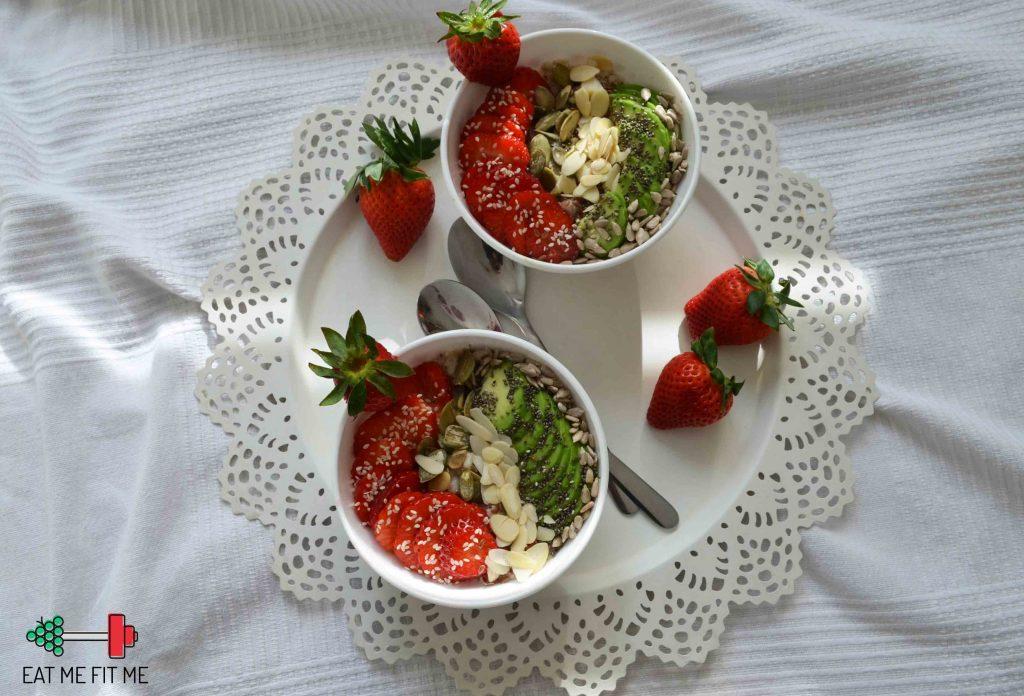 przepis-na-owsianke-platki-gorskie-na-sniadanie-truskawki-awokado-chia-pestki-dynia-eatmefitme-blog-2