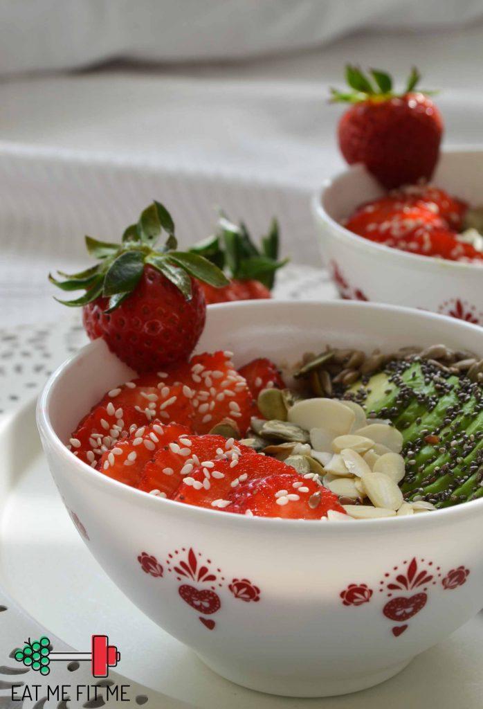 przepis-na-owsianke-platki-gorskie-na-sniadanie-truskawki-awokado-chia-pestki-dynia-eatmefitme-blog-3