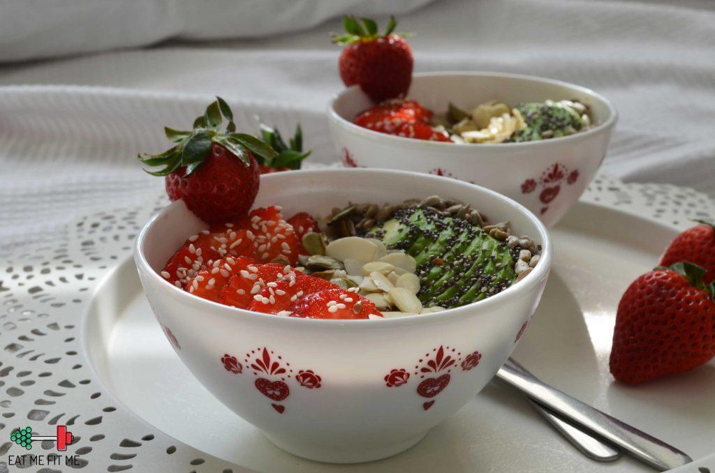 przepis-na-owsianke-platki-gorskie-na-sniadanie-truskawki-awokado-chia-pestki-dynia-eatmefitme-blog-4