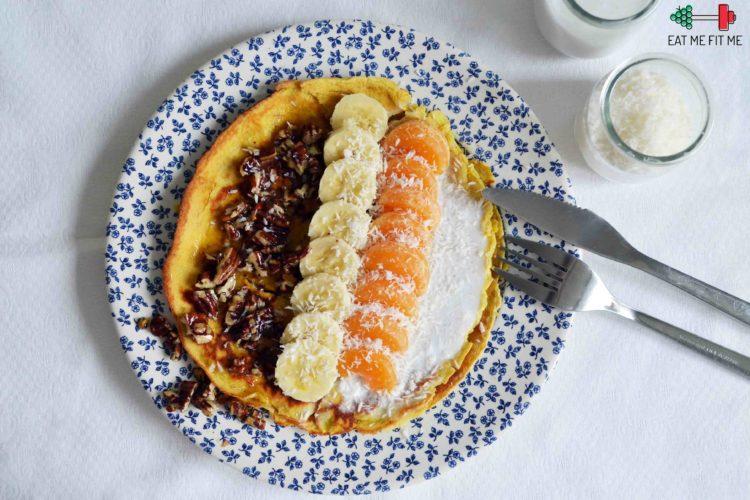 Naleśniki z mąki kokosowej z orzechami w miodzie, owocami w sosie z mleczka kokosowego