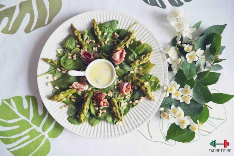 Sałatka ze szpinakiem, zielonymi szparagami, suszoną szynką i orzeszkami piniowymi